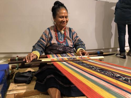 Orang menenun
