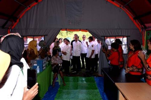 Presiden Jokowi tinjau posko pengungsi pasca gempa Maluku di Universitas Darussalam, Tulehu, Maluku, Selasa (29/10/2019). (Foto : Biro Pers Setpres)