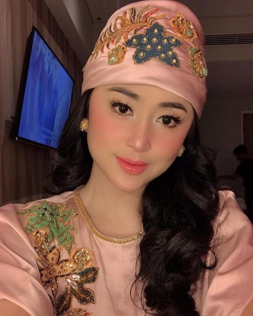 Dewi Perssik mengungkapkan keinginannya untuk berhijab. (Foto: Instagram/@dewiperssikreal)