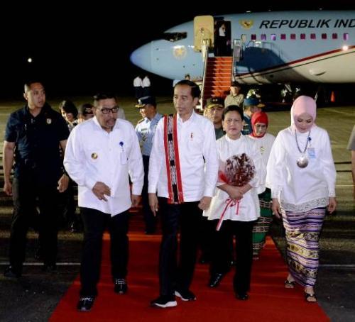 Presiden Jokowi dan rombongan tiba di Kota Ambon, Maluku. (Foto: Biro Pers Setpres)