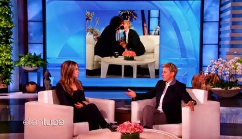 Jennifer Aniston berciuman dengan Ellen DeGeneres dalam The Ellen DeGeners Show. (Foto: YouTube/Ellen Show)