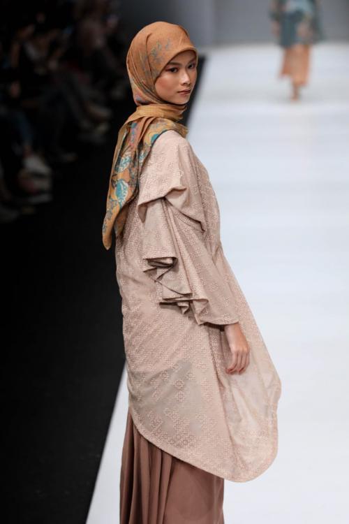 motif busana ini terinspirasi dari teknik jahit tekstil kuno dari zaman Edo, atau dikenal dengan Sashiko.