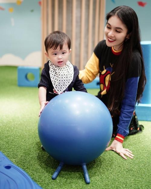 Sandra Dewi geram ketika ada warganet yang menyebut anaknya kurang kasih sayang. (Foto: Instagram/@sandradewi88)