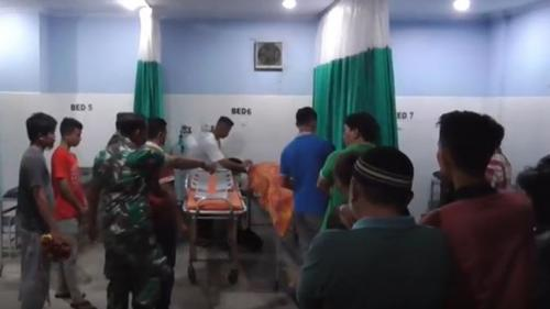 Warga dan petugas saat mengevakuasi korban luka dan meninggal akibat serangan pria diduga gangguan jiwa di Gorontalo. (Foto : Zainal Ahmad/iNews.id)