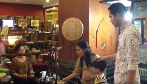 Gibran dan keluarga di festival kuliner tradisional di Solo. (Foto: Septyantoro/iNews.id)