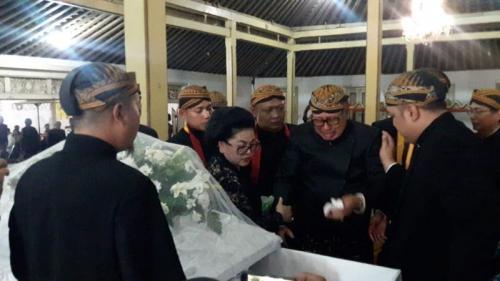 Sang Adik Meninggal, Pakubuwono XIII Muncul Perdana ke Publik (foto: Okezone/Bramantyo)