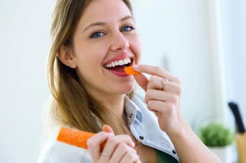 perempuan memegang wortel
