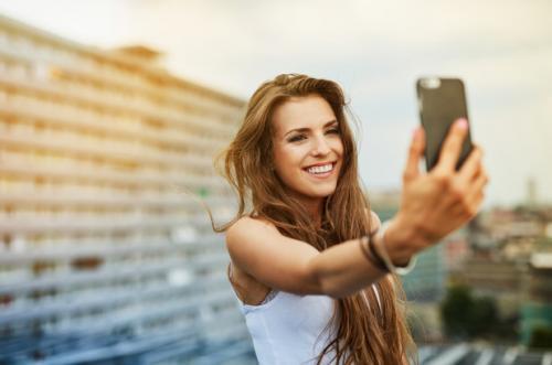 Perempuan pegang gadget