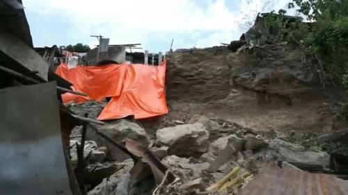 Longsor tebing batu menimpa rumah warga di Semarang (Foto : iNews/Wisnu Wardhana))