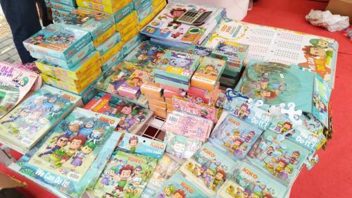 Pengunjung bisa menemukan poster edukasi untuk anak-anak serta permainan bertema Kiko.