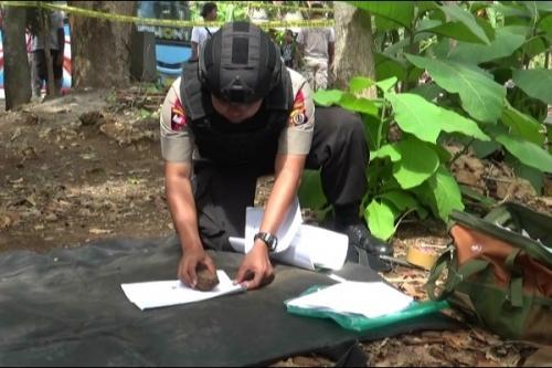 Anggota Tim Gegana Polda DIY menggali granat temuan warga, Minggu (3/11/2019). (Harian Jogja/Muhammad Nadhir Attamimi)