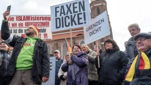 Kelompok sayap kanan memprotes kehadiran pengungsi (Florian Boillot/EPA)