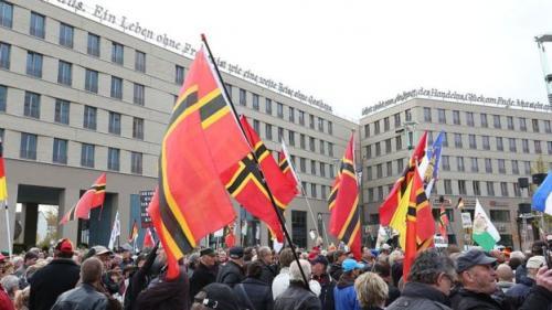 Anggota kelompok Pegida berunjuk rasa menentang kebijakan pemerintah Jerman yang membuka keran imigrasi. (Pacific Press Via Getty Images/BBC Indonesia)