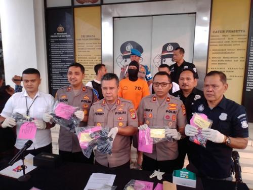 Polres Tangsel rilis penangkapan pengedar narkoba yang juga jual senpi rakitan. (Foto : Okezone.com/Hambali)