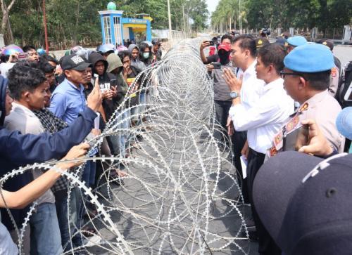 Dir Intelkam Polda Sultra, Kombes Hartoyo Temui Massa yang Berorasi di Depan Mapolda Sultra (foto: Okezone/Asdar Zuula)
