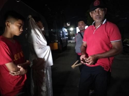 Remaja Diduga Pelaku Begal Motor Menyamar Jadi Pocong Ditangkap Warga (foto: Okezone/Herman Amiruddin)