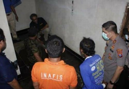 Polisi Melakukan Olah TKP Penemuan Mayat di Musala Rumah (foto: Polres Jember)