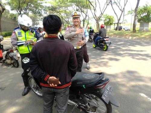 Ditilang Operasi Zebra di Tangsel, Pemotor Tanpa SIM Malah Ceramahi Polisi (foto: Okezone/Hambali)