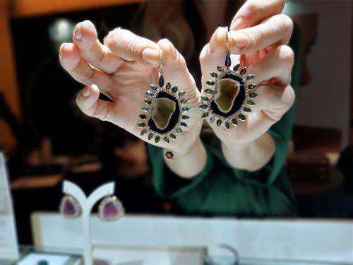 Harga perhiasan emas dinilai fluktuatif, bisa naik harganya atau turun drastis.