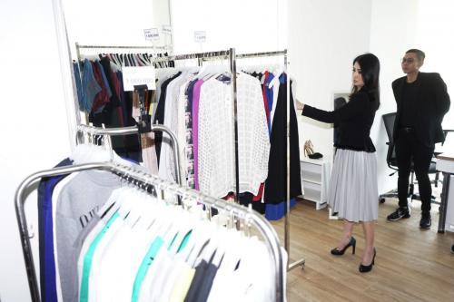 Perempuan memegang baju