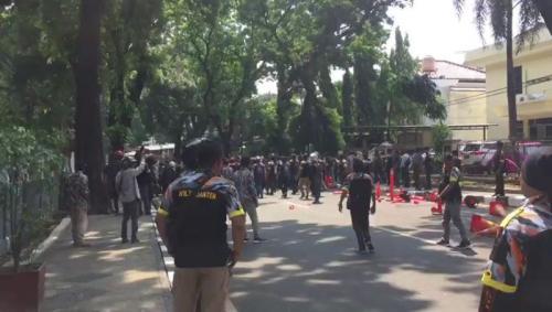 Massa Ormas Sempat Bentrok dengan Polisi di Depan Gedung STIK-PTIK (foto: Okezone / Puteranegara)