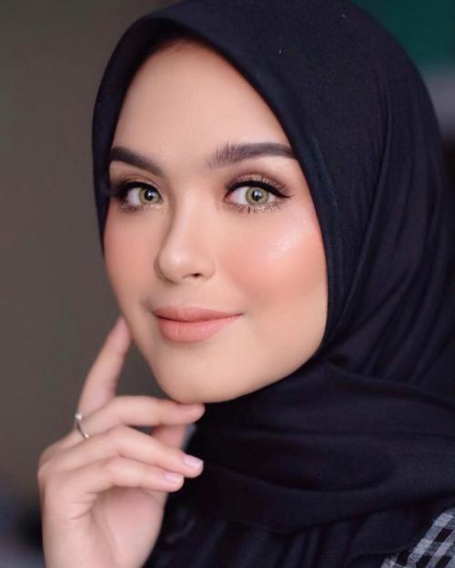 Vebby Palwinta mengaku sempat merasa ketakutan di awal keputusannya mengenakan hijab. (Foto: Instagram/@vebbypalwinta)
