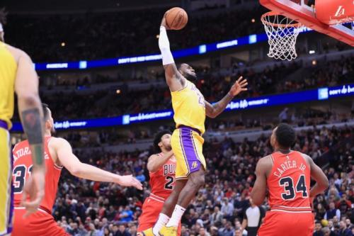 LeBron James vs Bulls (Foto: Twitter/@Lakers)