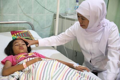 Gubernur Jatim Khofifah jenguk korban sekolah roboh di Pasuruan (Foto : Istimewa)