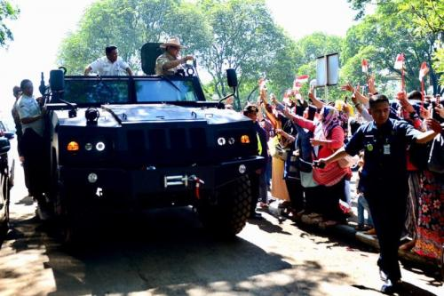 Menteri Pertahanan Prabowo Subianto mencoba kendaraan taktis Komodo buatan PT Pindad. (Foto: Ist)