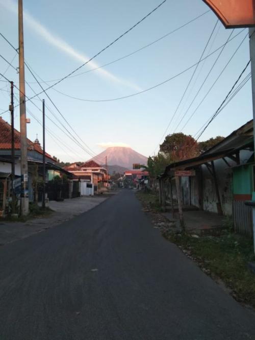 Gunung Semeru Diselimuti Awan Mirip Topi Caping (foto: PVMBG)