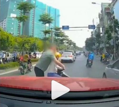 Emak-emak main handphonde berhenti di tengah jalan