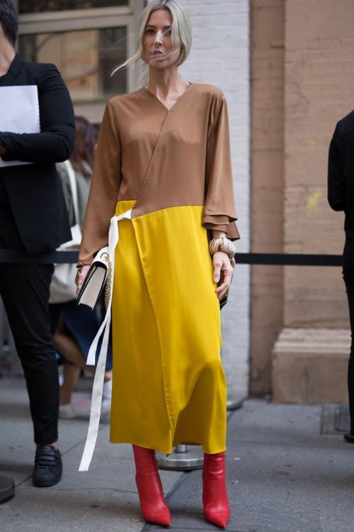 Dengan sedikit saja strech di bagian kaki, celana jeans yang dipakai dapat memberikan transisi pada tampilan tubuh.