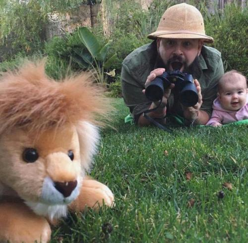 Kalau dipikir-pikir singa itu cuma boneka saja lho. Ya ampun, kocak!