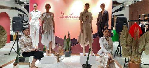 Bimo Permadi menuturkan, baju rancangan pemilik brand Suedeson tersebut sangat mudah di mix and match