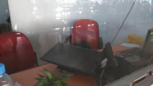 Loket di bandara dirusak