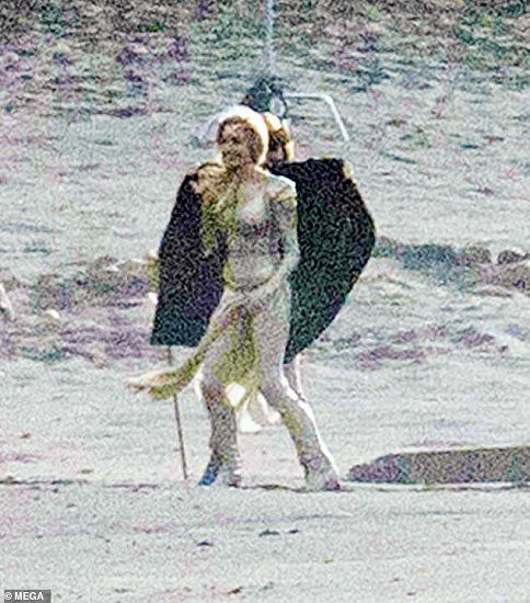 Angelina Jolie dalam balutan kostum superhero ketat berwarna emas metalik dan rambut blonde. (Foto: MEGA)