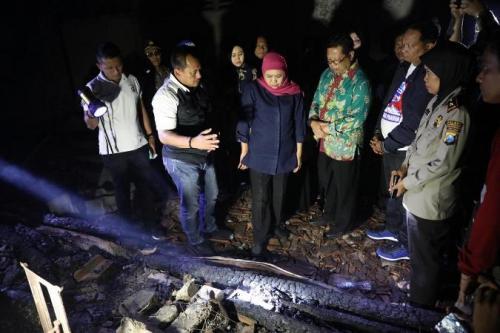 Gubernur Jatim Khofifah saat meninjau kebakaran Pasar Ngunut, Tulungagung, Sabtu (9/11/2019) dini hari. (Foto : Okezone.com/Avirista Midaada)