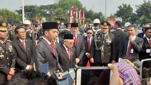 Presiden Jokowi dan Wapres Ma'ruf Amin dalam peringatan Hari Pahlawan 2019 di TMP Kalibata. (Foto: Sarah Hutagaol/Okezone)