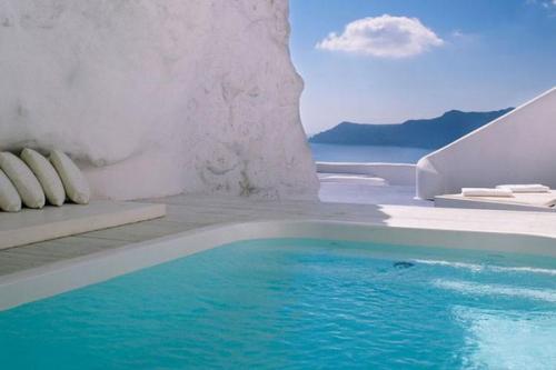 Kolam renang hotel Katikies di Santorini Yunani diukir langsung ke dalam gua.