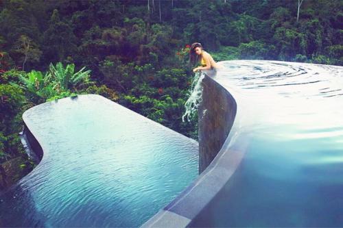 Kolam renang di Hanging Gardens Ubud Hotel Bali, Indonesia dipilih sebagai salah satu kolam renang paling eksotis di dunia.