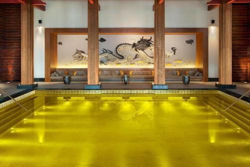 Kolam renang sumber energi emas di St. Regis di Lhasa memiliki ubin mosaik emas dan warna kuning, dan diisi dengan air laut.
