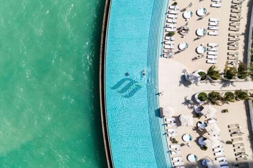 Kolam renang teras burj Al Arab adalah kolam renang tanpa batas air asin seluas 828 meter persegi. Di dalam kolam terdapat empat Jacuzzi