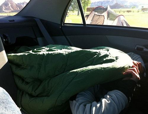 Ilustrasi tidur di mobil
