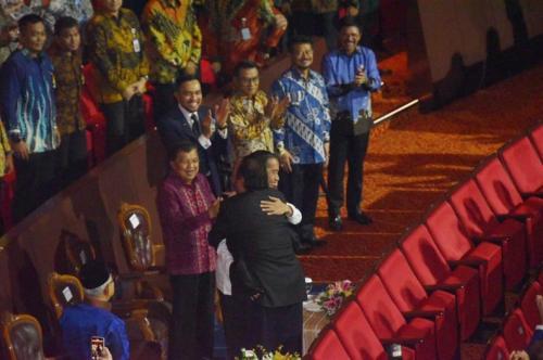 Surya Paloh pelukan dengan Jokowi