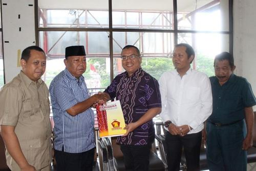 Denny Indrayana kembalikan formulir pendaftaran Cagub Kalsel ke Gerindra (Foto : Istimewa)