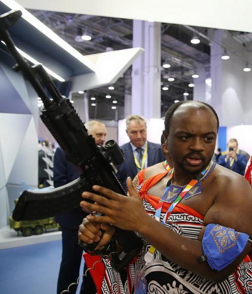 Raja Afrika pegang senjata