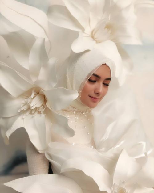 Perempuan berbaju putih