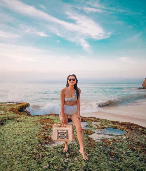 Masih di private beach milik salah satu hotel di Bali, kali ini  Maria kembali mengenakan bikini