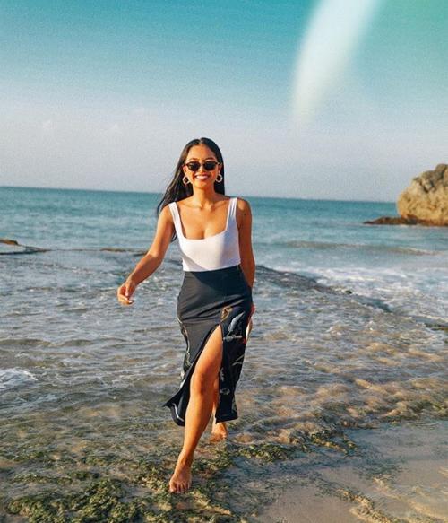Pada foto pertama ini Maria tengah berada di pantai pribadi di Bali
