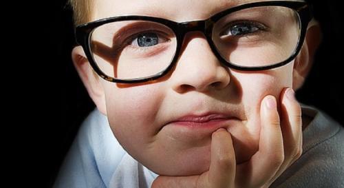 Anak berkacamata